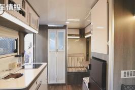 适合小夫妻和老两口旅行的2款房车,价格都是10万出头,布局不同