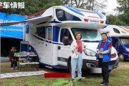 孝顺姑爷带90岁岳父母房车游世界,吃睡都在车上,一辆车够用吗?